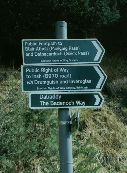 Road signs to Minigaig Pass