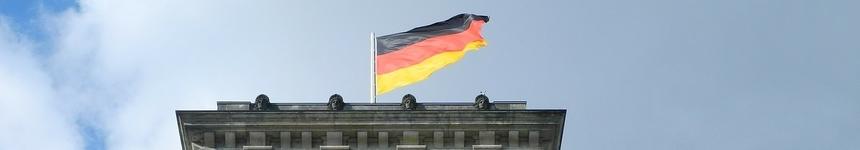 Die Flagge Deutschlands auf dem Reichstag